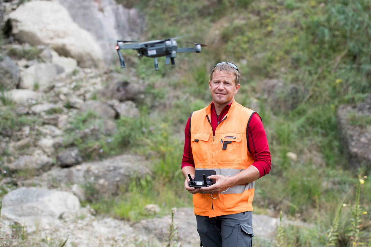 Inspections of natural hazards are often carried out in areas of high risk. For some of their inspections, the inspectors make use of small, portable drones.